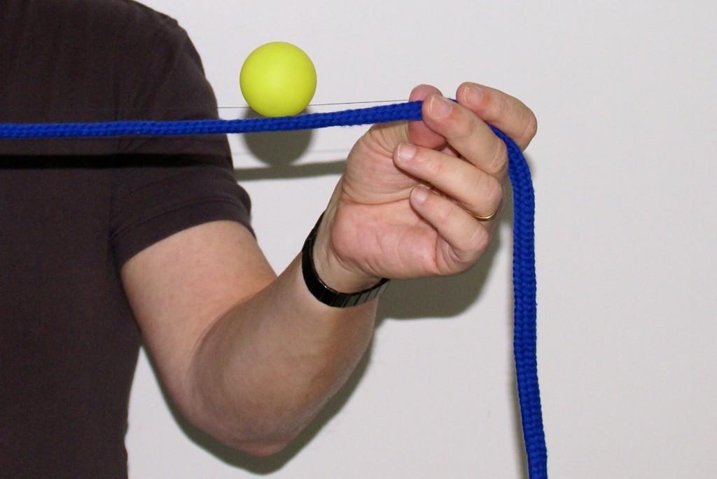 Am Seil schwebender Ball